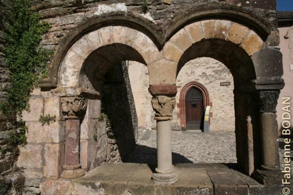 Au fond, la porte d'entrée du gîte des pèlerins © Fabienne Bodan