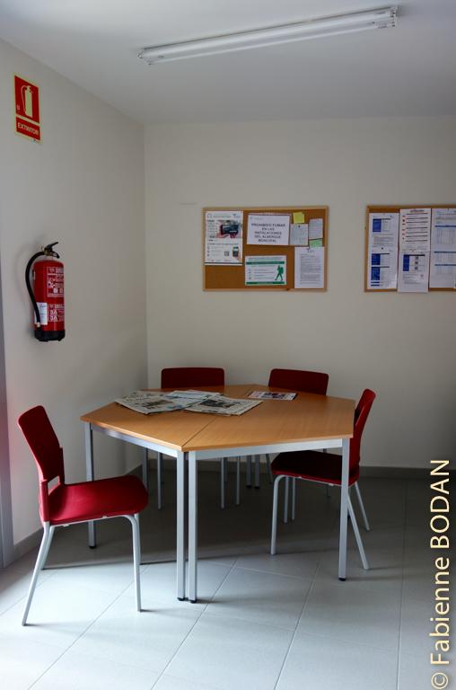 Mini-espace de convivialité avec journaux à la disposition des pèlerins © Fabienne Bodan
