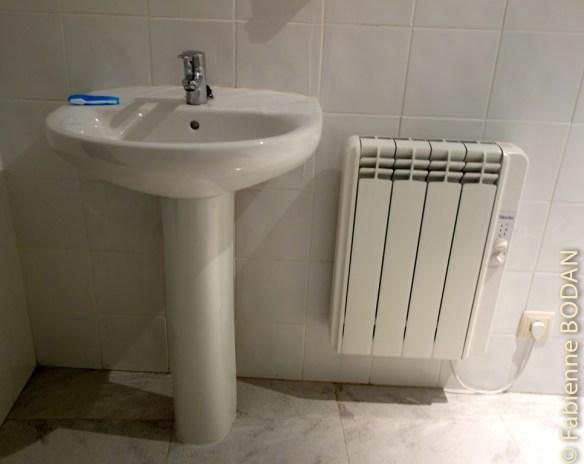 Albergue municipal de Mataelpino : salle de bain basique mais fonctionnelle. © Fabienne Bodan