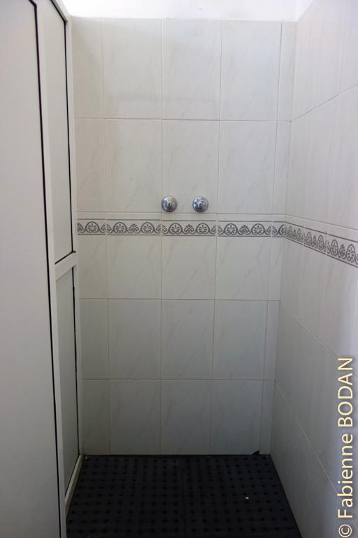 Sanitaires hommes et femmes séparés, avec 2 douches, 2 Wc et 4 lavabos par bloc © Fabienne Bodan