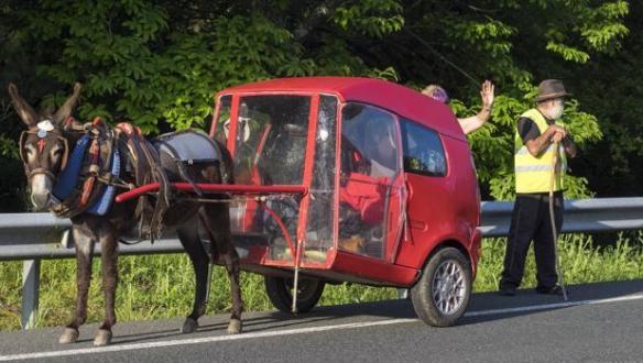 La micro-car transformée en charrette pour le couple de pèlerins espagnols Gines et Antonia