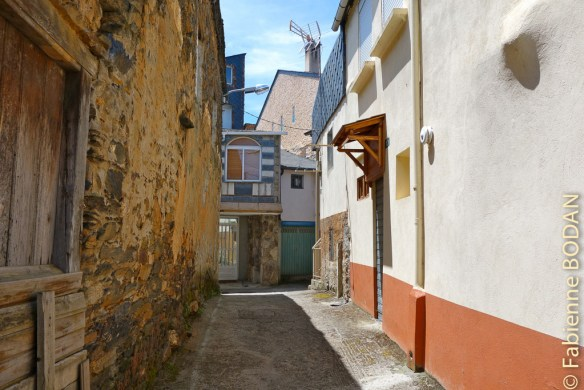 C'est tout au fond de cette ruelle. Albergue privado A Casa de Solaina, de A Rua (Camino del Invierno) © Fabienne Bodan