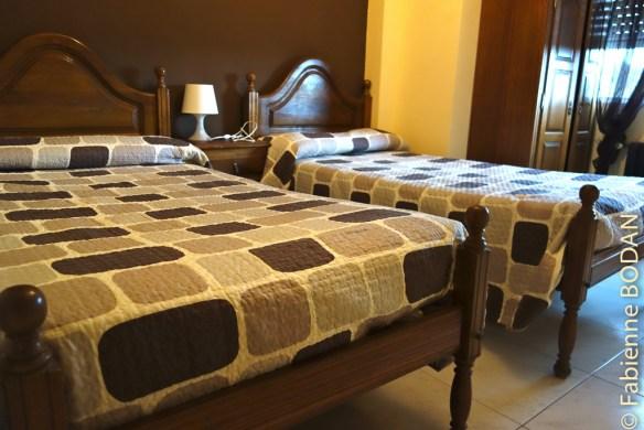 Chambre avec deux lits individuels.Hostal/Restaurante Gamallo à Chantada, Camino del Invierno / Chemin de l'hiver © Fabienne Bodan