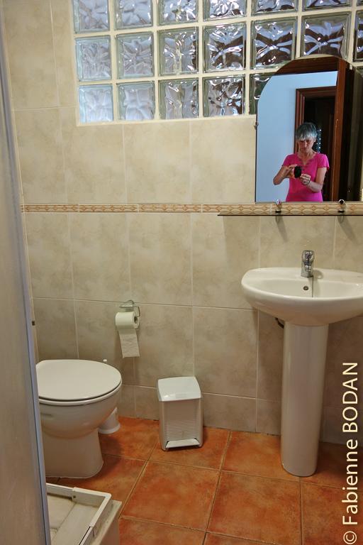 La salle de bains est commune, mais il existe aussi des chambres avec salle de bains privative Pension-restaurante Rios à Ponte Ulla, Camino del Invierno © Fabienne Bodan