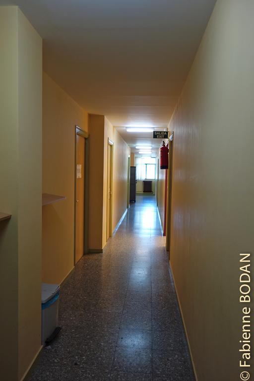 A l'étage, un long couloir mène aux chambres. Albergue municipal de Quiroga, Camino del Invierno © Fabienne Bodan
