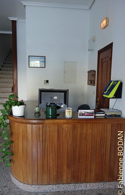La réception de l'hostal. Hostal Carpinteiras à Rodeiro (Camino del Invierno) © Fabienne Bodan
