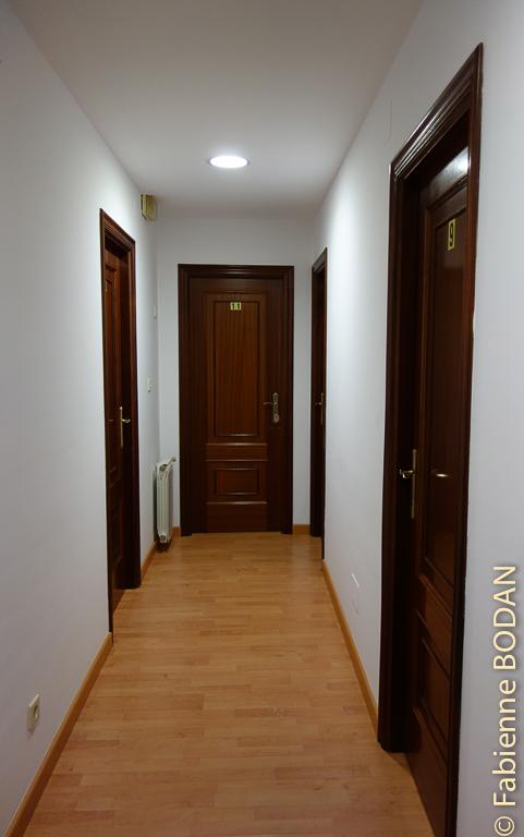 Le couloir menant aux chambres. Hostal Carpinteiras à Rodeiro (Camino del Invierno) © Fabienne Bodan