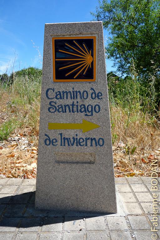 La première borne du Camino del Invierno, à Ponferrada, lorsque l'on tourne à gauche pour emprunter le pont médiéval qui enjambe le rio Boeza © Fabienne Bodan