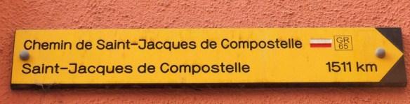 Le premier panneau de la Via Podiensis, près de la place du marché, au Puy-en-Velay © Fabienne Bodan