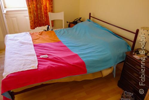 J'ai dégoté une chambre dans un appartement de 4 chambres, avec une cuisine et 2 salles de bains, pour la modique somme de 14 euros. En bas de l'immeuble, un arrêt du tram qui nous mène directement vers le quartier de l'Alfama. © Fabienne Bodan