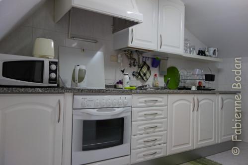 Dans la cuisine, Priscilla a déposé deux dosettes de café à côté de la machine à café. L'esthétique y est soignée, jusqu'à accorder la couleur des sets de tables au design de la pièce. © Fabienne Bodan
