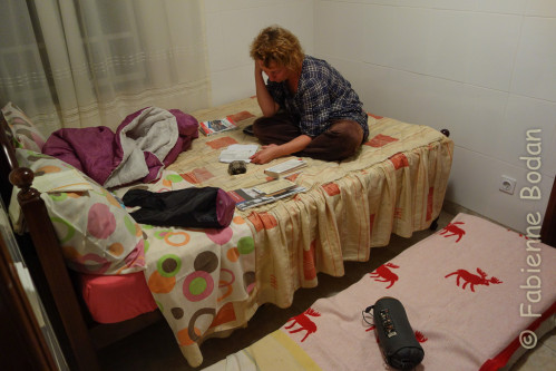 La chambre est exigüe mais on peut tout de même y ajouter un matelas à côté d'un lit double. © Fabienne Bodan