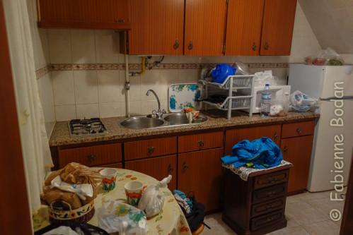 L'appartement comprend une petite chambre, une petite cuisine bien équipée et une salle de bains. © Fabienne Bodan