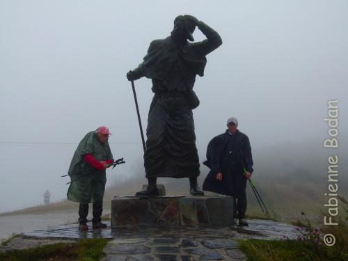Col de San Roque, entre O Cebreiro et Triacastela (Camino francés), ou le début d'une journée pluvieuse qui verra Richard et Vincent arriver trempés jusqu'aux os et aux bout des orteils au gîte de l'étape. © Fabienne Bodan