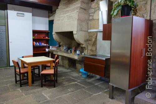 Au rez de chaussée, une grande cuisine avec une immense cheminée en pierres. © Fabienne Bodan