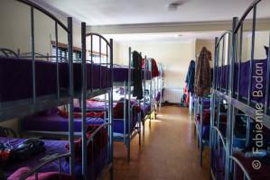 L'albergue compte 2 dortoirs. les lits superposés sont assez proches les uns des autres. © Fabienne Bodan