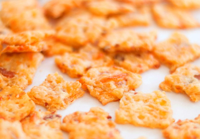 Crackers-filled-with-bacon-and-cheddar-flavor