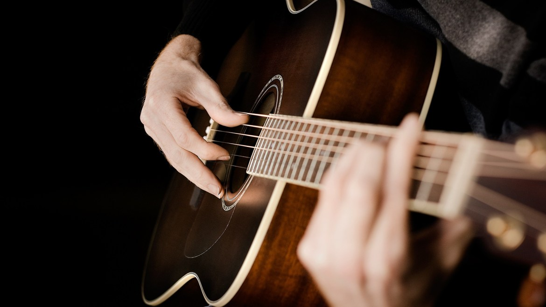 Mengenal Lebih Baik Teknik Bermain Gitar Akustik