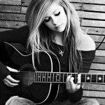 Selain Avril, Ini Dia Pemusik yang Terkena Isu Teori Konspirasi