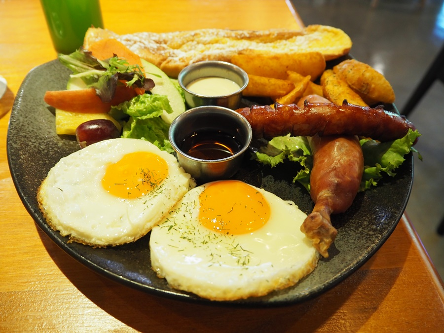 週末早晨 享受一個充滿書香綠意的早午餐 –「貳樓餐廳Second Floor Cafe師大店」 – 芃伶's 樂生活