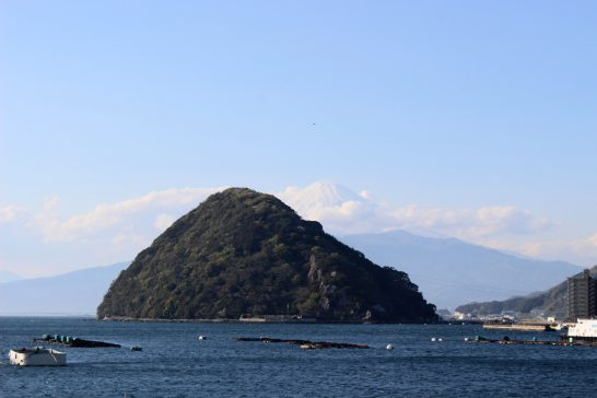 伊豆・水戸シーパラダイスから見る淡島と富士山