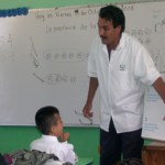 El Dr. Manuel Amparano explica a los niños la manera de cepillarse los dientes y cuidarlos como parte de las actividades de la Semana Nacional de Salud Bucal. ( Javier Castillo C. )