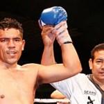 """Felipe """"Indio"""" Romero logró el campeonato nacional vapuleando en cinco asaltos a Juan """"Veneno"""" Romo, la noche del pasado viernes en el estadio Arturo C. Nahl."""
