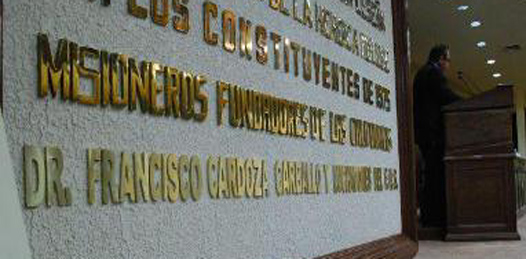 El Dr. Cardoza Carballo y el FUS con letras doradas en el recinto legislativo