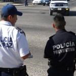 En, aproximadamente, media hora, los agentes detienen a cien coches en promedio, de los cuales unos sesenta son multados.