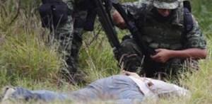 """En la colonia Alfonso Reyes o """"La Risca"""", ubicada en el cerro Loma Larga, fue encontrado el cuerpo de un hombre de entre cuarenta y cinco y cincuenta años. El cadáver presentaba dos tiros limpios. Uno en la nuca y otro a mitad de la espalda."""