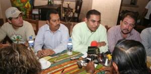 Ernesto Ibarra, Arturo de la Rosa y Antonio Agúndez, ahora son grandes amigos de Luis Armando Díaz y deciden abandonar a René y al FDS.