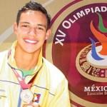Angel Villalobos Martínez en salto de longitud juvenil menor acarició por un momento la presea de plata con un salto de 6.91 metros.