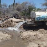 Penoso espectáculo ofrecen las pipas que por instrucciones de Antonio Agúndez, depositan aguas residuales en el brazo secundario del arroyo Salto Seco, ¿Desarrollo Sustentable en Los Cabos?.