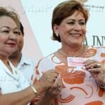 """Es en base a ese esfuerzo que esta tarjeta es """"para que nos podamos poner bonitas, nos pongamos uñas"""", comentó la alcaldesa."""