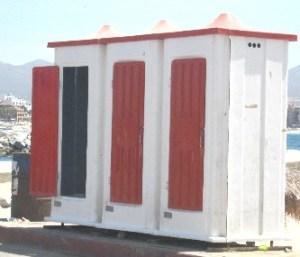 Los baños ubicados en la playa de la antigua empacadora, son un verdadero foco de infección ya que duran muchos días sin que vayan a limpiarlos, denunciaron comerciantes del lugar (Lupita Gómez)