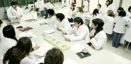 Cada vez más lejana la escuela de medicina