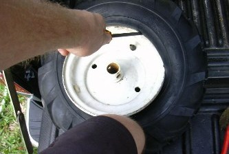 ¡Le reventó un neumático en la cara!