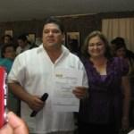 Guillermo Santillán Meza, al recibir su constancia como precandidato del PRD a la presidencia municipal de Mulegé (Enrique Montaño).