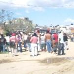 Habitantes de la colonia Valle del Cabo dijeron que les están condicionando la venta del agua y que solo quienes tienen calcomanías de Antonio Agundez es a quien les surten (Lupita Gómez)