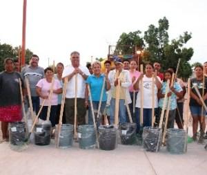 Entusiasta fue la participación de un grupo de vecinos de la colonia Roberto Esperón, particularmente amas de casa que se sumaron a las actividades de limpieza del parque público y del boulevard Gustavo Díaz Ordaz, en intensa campaña de limpieza.