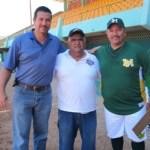 Miguel Avilés acompañado por directivos de Cañeros de Los Mochis, en el estadio Arturo C. Nahl.