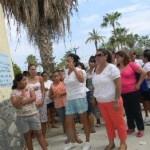 Esta es una parte de los padres de familia que después de cuatro horas de estar parados frente a la escuela, aceptaron la propuesta del profesor Vicente García.