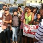 Los alumnos inscritos al COBAH de la colonia Las Palmas con los padres de familia exigen que se les de respuestas en relación a la terminación del edificio.