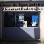 La cuadrilla de trabajadores del Sistema de Agua Potable y Alcantarillado (SAPA.), acudió a la avenida profesor Domingo Carballo Félix a sanear una fuga de agua de la red.