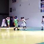 Espectaculares encuentros de basketbol entre los equipos locales en el gimnasio 21 de Octubre. ( FJ. Castillo C. )