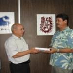 El Ing. Héctor Araya Muñoz, Director General de Concordia, recibe los resultados de los estudios realizados por el CICIMAR.