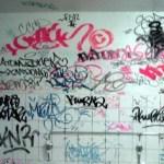 Detienen a 2 chamacos por grafitear un local comercial.