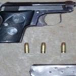 Esta es el arma de fuego y cartuchos asegurados a Juan Carlos Meza Muñoz.