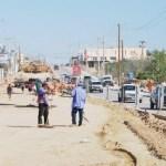 Los funcionarios presionados por la ciudadanía supervisan las obras para ver los defectos y avances.