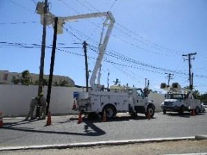 Los trabajadores de la CFE, de forma sumisa recurren a solucionar los problemas en lugares donde ls invasores se cuelgan y provocan cambios en el voltaje.